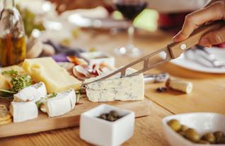 צלחת גבינות (צילום:  NatashaPhoto, shutterstock)
