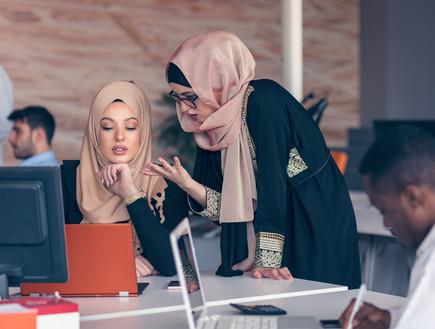 סטודנטיות ערביות ויהודיות לומדות יחד (צילום: By FS Stock, shutterstock)