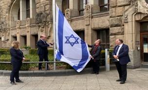 תושבים בגרמניה מניפים דגל ישראל לאות תמיכה