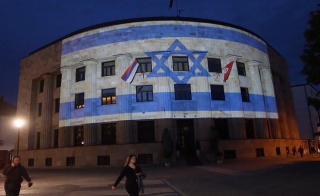 בניין של עירייה במדינה בבלקן מואר בדגל ישראל