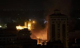תקיפה אווירית ישראלית בעזה (צילום: AP)