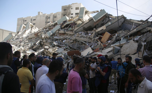 הריסות בניין התקשורת שהופצץ בעזה (צילום: AP)