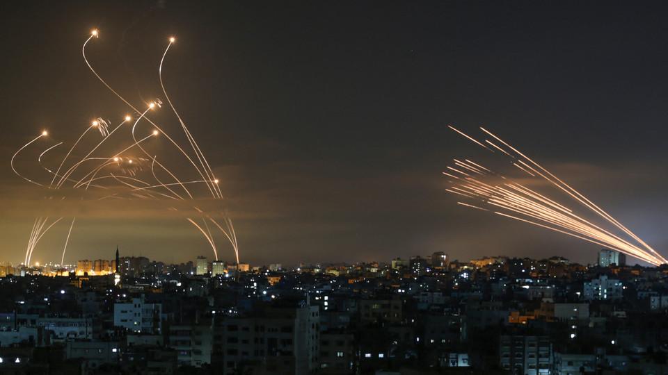 ירי מעזה (מימין) מול יירוט כיפת ברזל (משמאל) (צילום: anas baba, AFP)