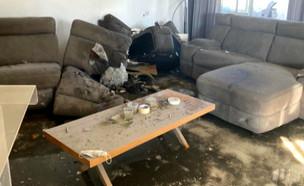 הדירה ספגה פגיעה ישירה - הדיירים ניצלו (צילום: חדשות הבוקר, קשת 12)