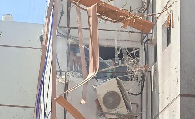 פגיעה ישירה מרקטה בבניין באשדוד