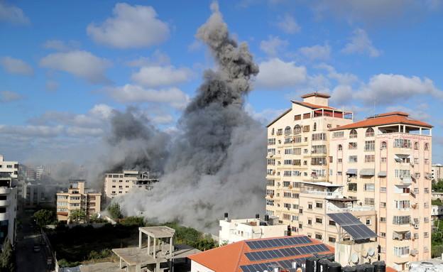 """עשן  ואבק עולה בעקבות הרס בניין תקיפת צה""""ל ברצועת עזה (צילום: רויטרס)"""