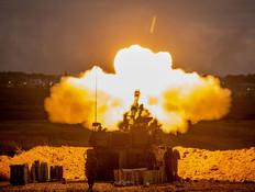 """צה""""ל יורה לעבר עזה מגבול הרצועה (צילום: יונתן סינדל, פלאש 90)"""