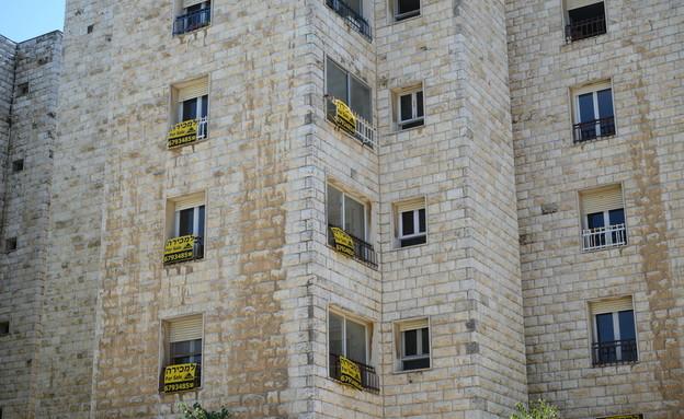 """שלטים של דירות למכירה - בנין רחוב אצ""""ל 13 ירושלים (צילום: איל יצהר, גלובס)"""