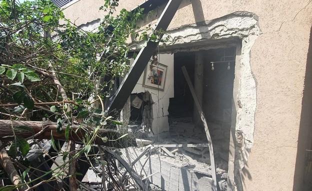 פגיעה ישירה במבנה באשקלון (צילום: global telegram)