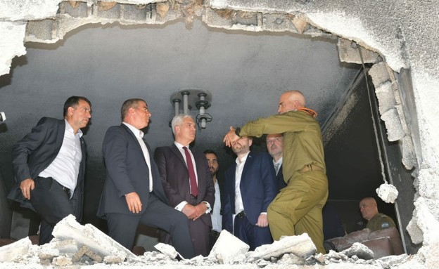 שר החוץ גבי אשכנזי ושגרירים בבית שנפגע מרקטה בפתח תקווה (צילום: משרד החוץ)