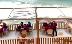 הפצצת מסעדת מלדיבים בעזה (צילום: אבו עלי)