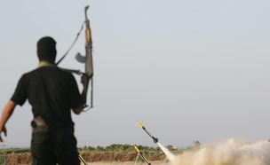 שיגור רקטה מעזה (צילום: Abid Katib, GettyImages IL)