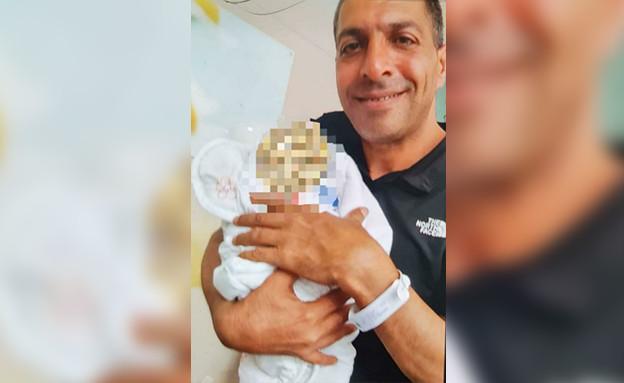"""ד""""ר טארק זיאד ג'עו,עם התינוק הטרי,לפני שנרצח ברחובות (עיבוד: פייסבוק)"""