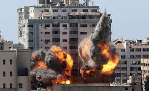 הפצצה בניין התקשורת בעזה (צילום: AP)