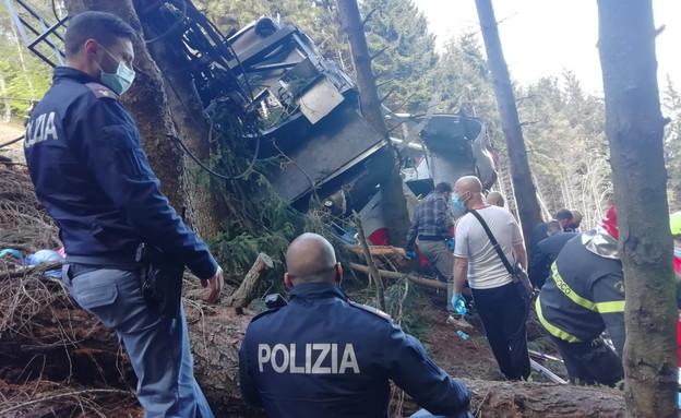 המשטרה בזירת תאונת הרכבל באיטליה (צילום: רויטרס)