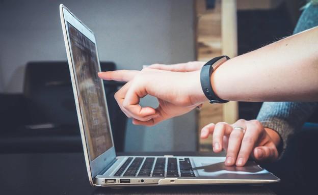 ידייים מצביעות על מחשב נייד (צילום: John Schnobrich, unsplash)
