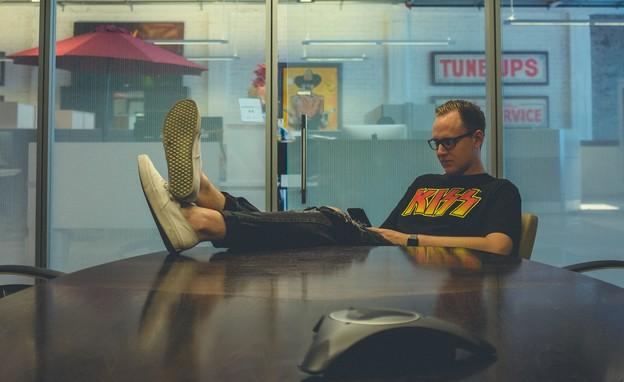 גבר בעבודה בהייטק (צילום: NeONBRAND @neonbrand, unsplash)