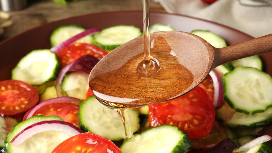 שמן על ירקות (צילום:  New Africa, shutterstock)