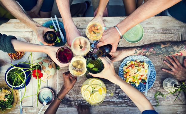 ארוחה עם אורחים (צילום: Rawpixel.com, ShutterStock)