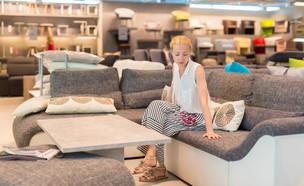 חנות רהיטים, אישה בחנות רהיטים (צילום: Matej Kastelic, shutterstock)