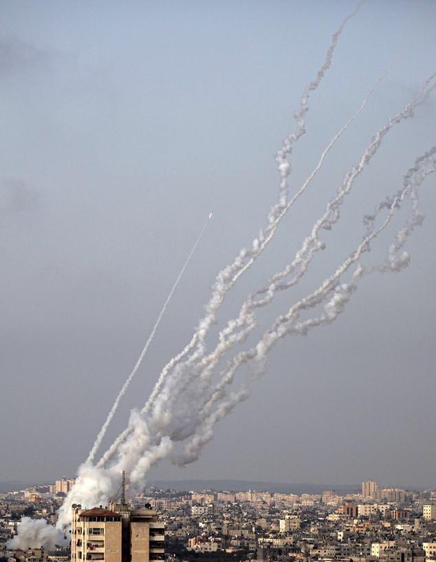 רקטות נורות מעזה לישראל במהלך מבצע שומר החומות (צילום: Khalil Hamra, ap)