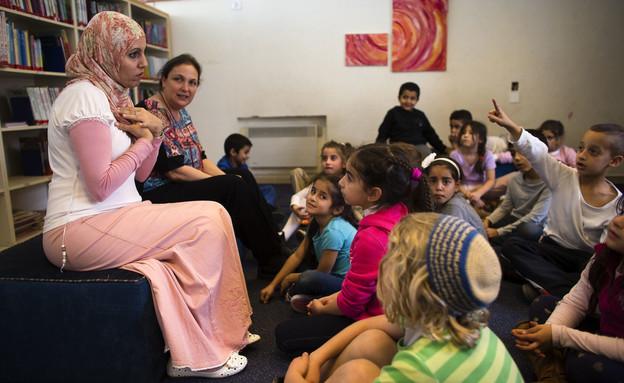 מורות ותלמידים בבית הספר הדו לשוני בירושלים (צילום: רויטרס)