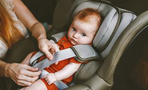 אמא חוגרת תינוק במושב בטיחות במכונית (אילוסטרציה: everst, shutterstock)