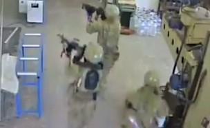 חיילים אמריקאים פושטים בטעות על מפעל (צילום: מצלמות אבטחה, טוויטר)