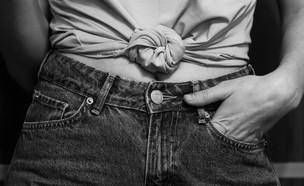 בחורה בג'ינס (צילום: taisiia-shestopal, unsplash)