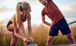 זוג מתאמן בפארק (צילום: AstroStar, shutterstock)