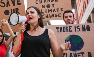 מפגינה למען האקלים (צילום:  loreanto, shutterstock)