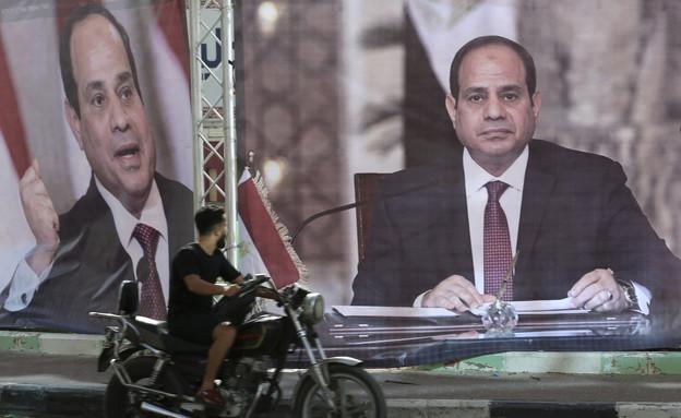 נשיא מצרים א-סיסי על שלט בעזה (צילום: AP)