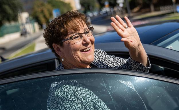 מרים פרץ מברכת לשלום את תומכיה ביום הבחירות לנשיאות (צילום: יונתן סינדל, פלאש 90)