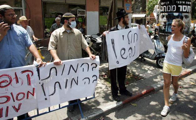 """איתמר בן גביר בהפגנה נגד מצעד הגאווה בת""""א, 2008 (צילום: JACK GUEZ/AFP, GettyImages)"""
