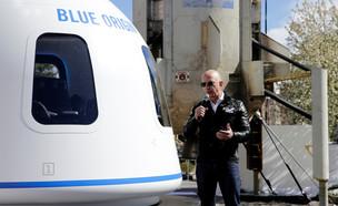 ג'ף בזוס ליד חללית של בלו אוריג'ין (צילום: רויטרס)