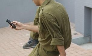 חייל מסמס (צילום: רועי ברקוביץ)