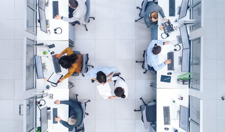 עובדים במשרד הייטק (צילום: By Gorodenkoff, shutterstock)
