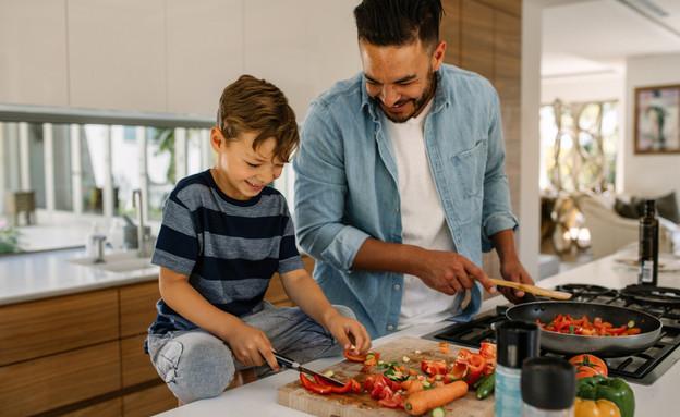 אבא ובן מבשלים ביחד במטבח (צילום: shutterstock)