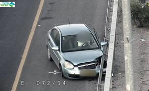 רכב שנסע נגד כיוון התנועה והתנגש במעקה (צילום: מצלמת אבטחה)