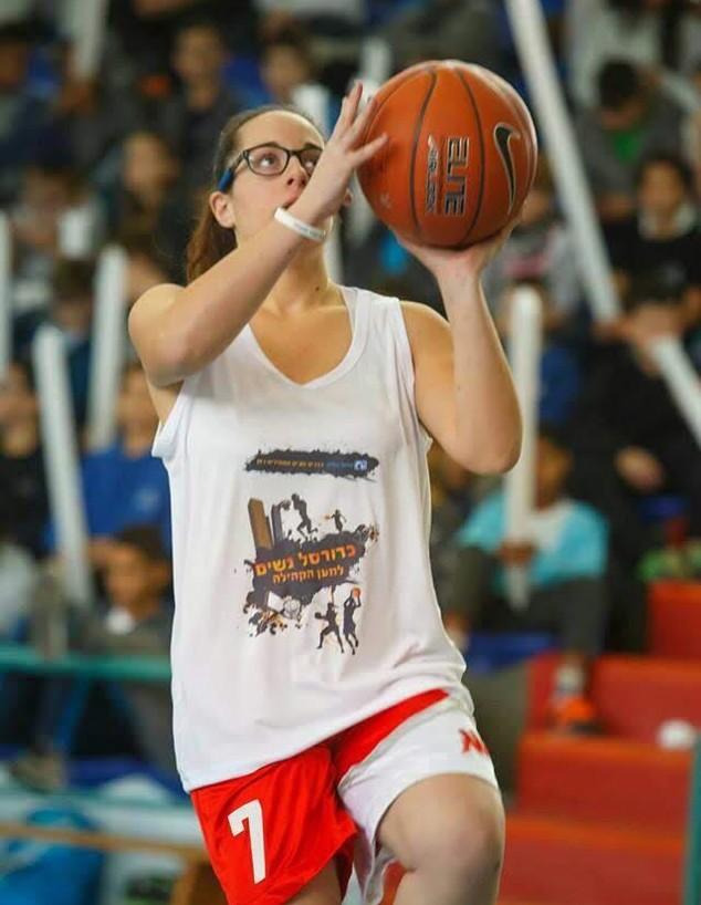 כדורסלנית שמשחקת למרות מחלה תורשתית (צילום: N12)
