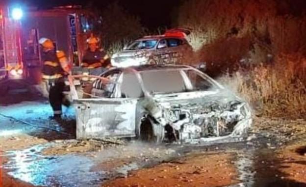 תיעוד מזירת הרכב שנשרף ובו נהרג אדם