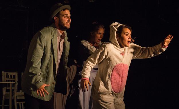 """מתוך """"יותר מזה אנחנו לא"""", תיאטרון המשולש (צילום: ארז עובד)"""