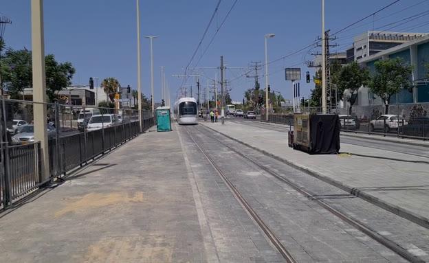 תיעוד: הרכבת הקלה נכנסת לתחנה - בפעם הראשונה (צילום: חדשות)
