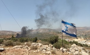 מאות פלסטינים מתפרעים סמוך למאחז אביתר שבשומרון (צילום: TPS)