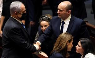 נתניהו ובנט לוחצים ידיים במליאת הכנסת (צילום: רויטרס)