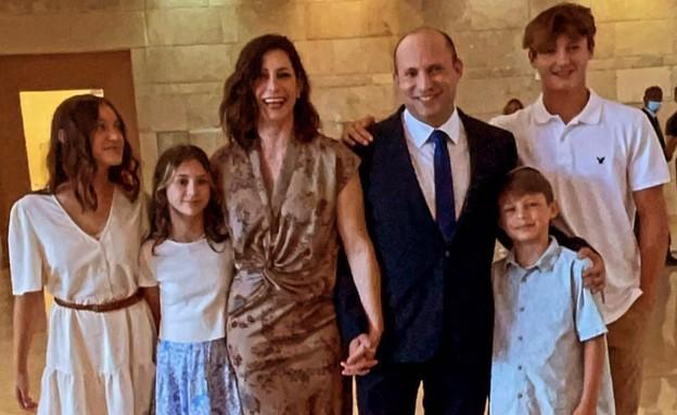ראש הממשלה נפתלי בנט עם גילת בנט וילדיו