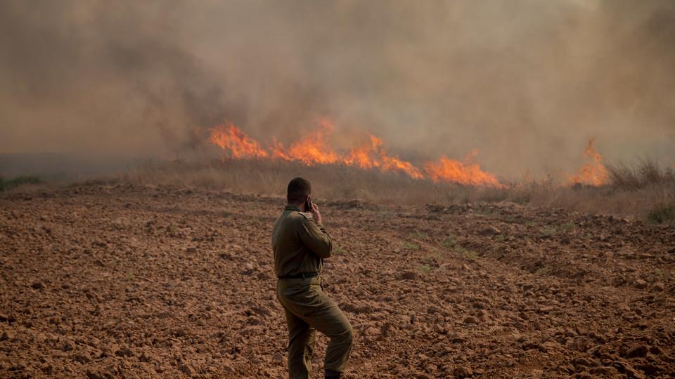 טרור הבלונים, שרפה בקיבוץ בארי שבדרום (צילום: יונתן זינדל, פלאש 90)