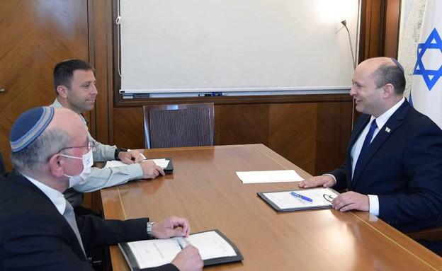 """ראש הממשלה, נפתלי בנט, בפגישת עבודה עם ר' המל""""ל והמזכיר הצבאי  (צילום: עמוס בן גרשום לעמ, עמוס בן גרשום/לע""""מ)"""