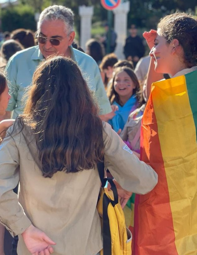 ראש עיריית רעננה חיים ברוידא במצעד הגאווה בעיר, 2021 (צילום: דוברות עיריית רעננה)