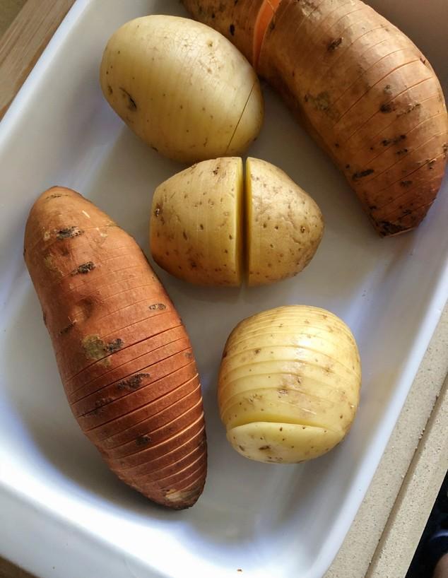 תפוחי אדמה ובטטות לפני אפייה (צילום: עז תלם)